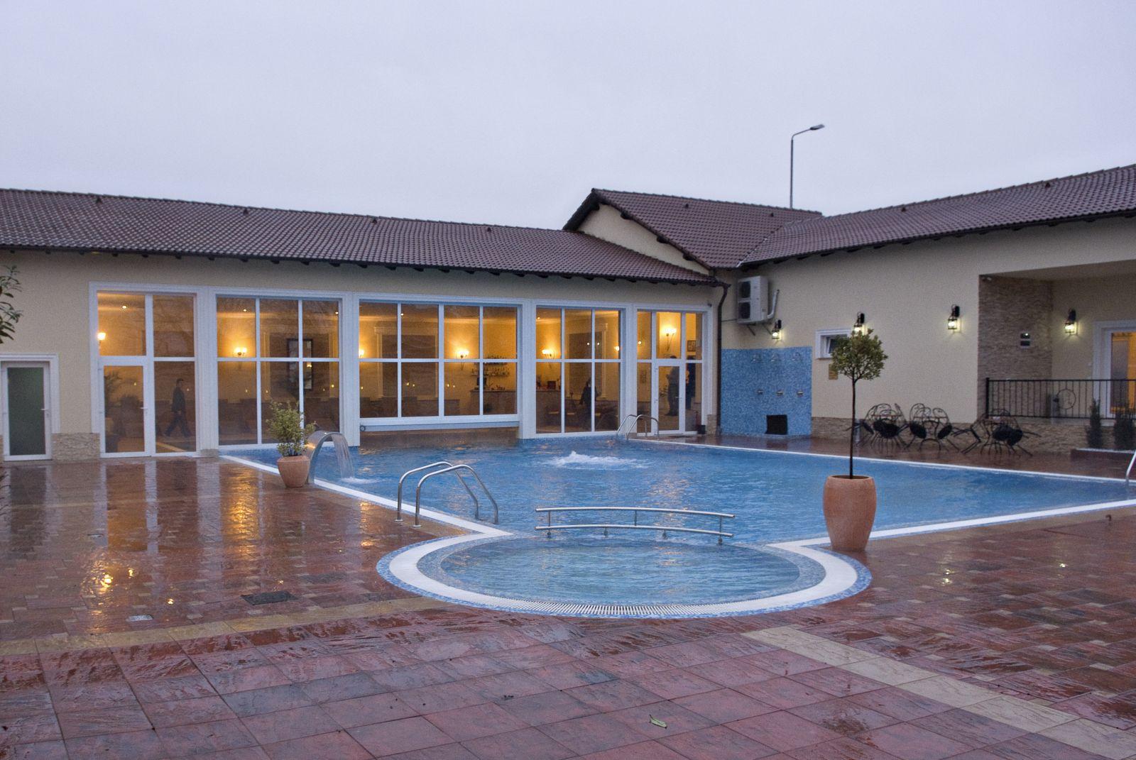 Piscina pensiunea allegria for Cazare cu piscina interioara valea prahovei